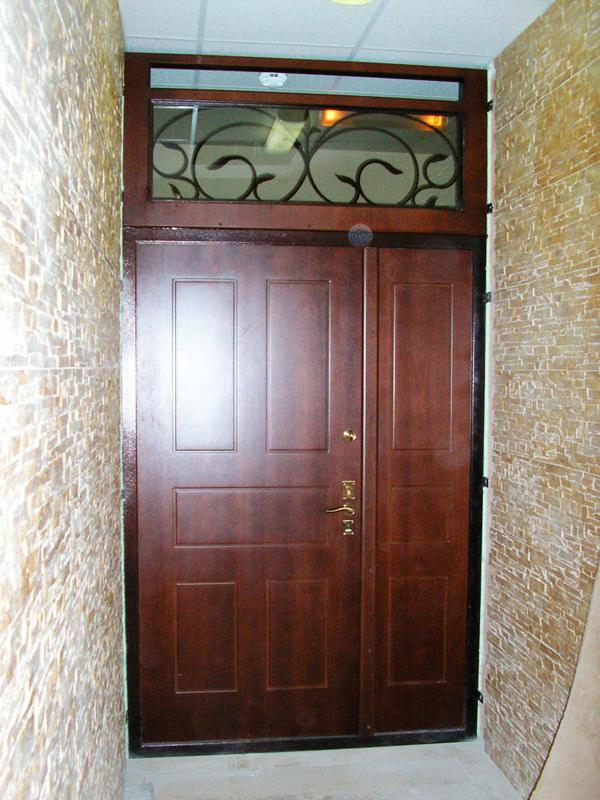 двери металлические тамбурные в коридор со стеклом